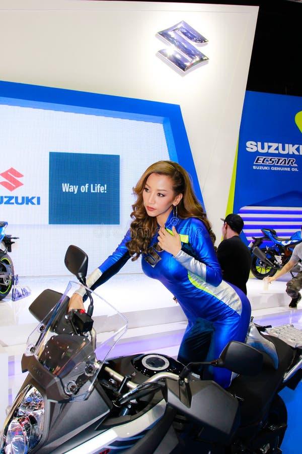 Eine nicht identifizierte weibliche Vorführerhaltung in Bangkok-Internationaler Automobilausstellung 2017 stockbilder