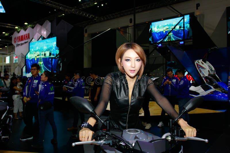 Eine nicht identifizierte weibliche Vorführerhaltung in Bangkok-Internationaler Automobilausstellung 2017 lizenzfreie stockfotografie