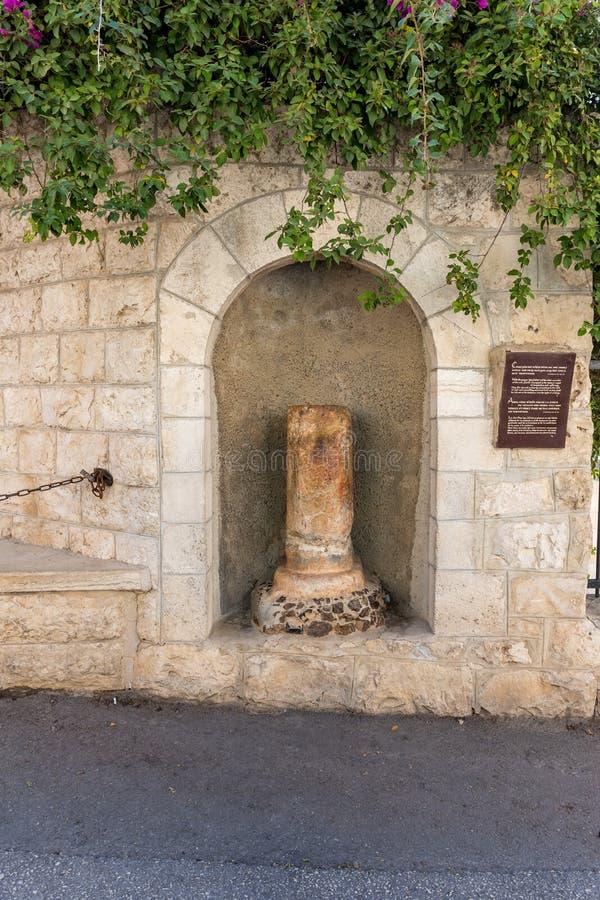 Eine Nische in der Wand mit einer defekten Spalte gegenüber von dem Eingang zur Kirche von Mary Magdalene in Jerusalem, Israel lizenzfreie stockfotografie