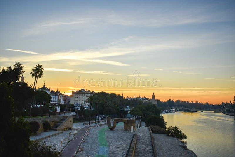 Eine Note des Sonnenaufgangs über dem Guadalquivir-Fluss in Sevilla, Spanien lizenzfreies stockfoto