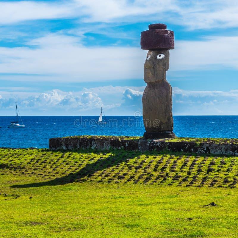 Eine offene gemusterte Moai-Statue auf Osterinsel stockbild