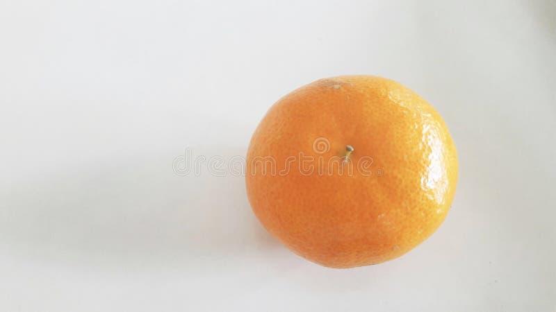 Eine Orange auf weißem Hintergrund stockbild