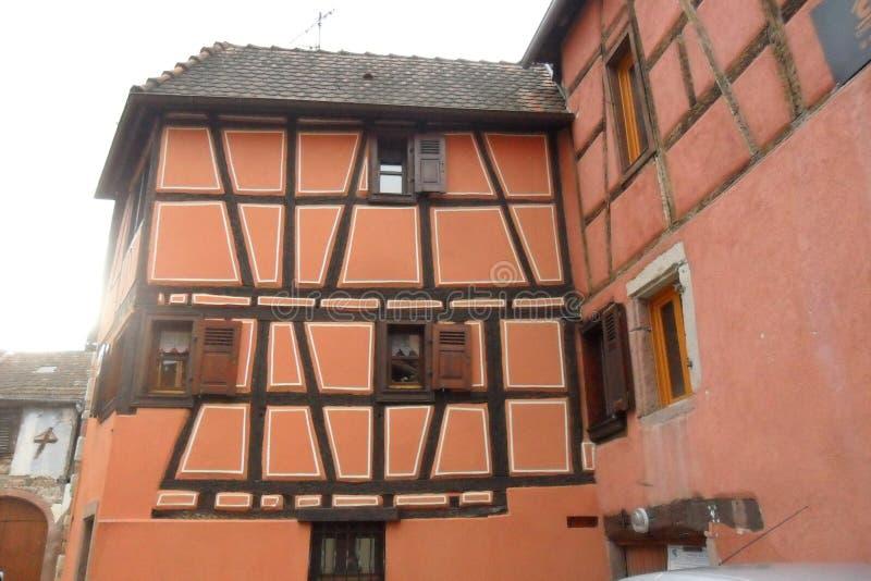 Eine Orange Bauholz-gestaltete Haus in Ribeauvillé in Frankreich stockfoto