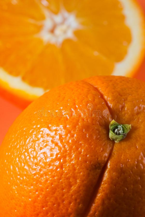 Eine Orange, Hälfte Orange lizenzfreies stockbild