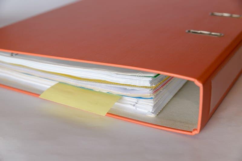 Eine orange Mappe lizenzfreie stockfotos