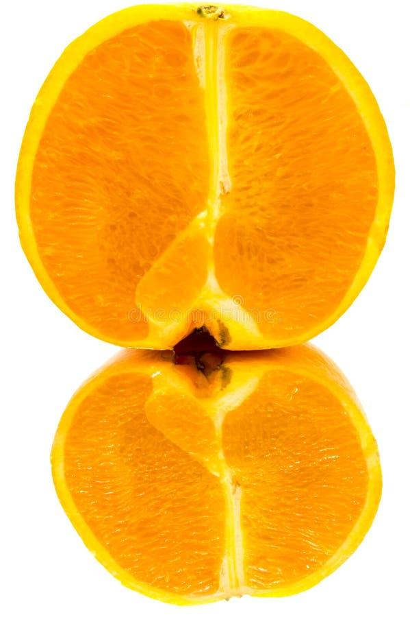 Eine orangefarbene Hälfte mit Reflexion schließen lizenzfreie stockfotografie