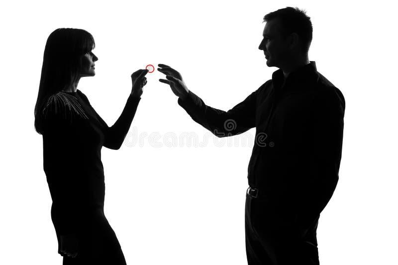 Eine Paarmann- und -frauenholding, die Kondom gibt stockfoto