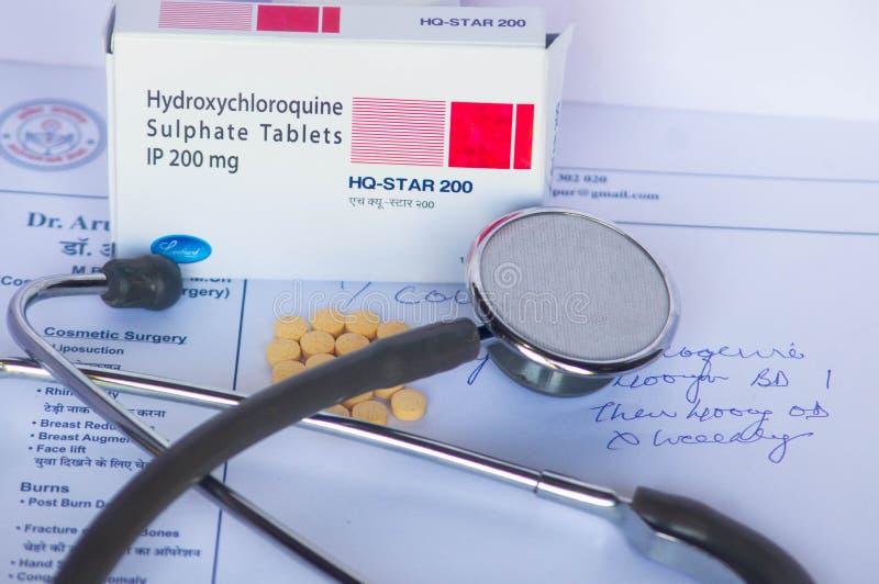 Eine Packung mit Hydrochloroquin-Tabletten auf einem Rezept-Papier stockfotografie