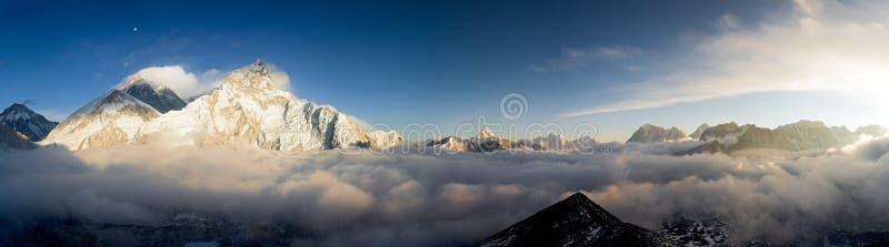 Eine Pamoramic Ansicht von Everest und von Nuptse stockbilder