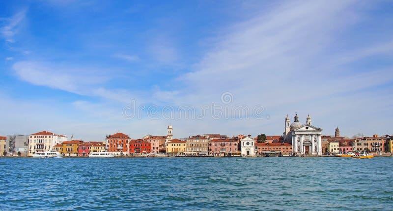 Eine panoramische Stadtbildansicht der langen Seeseite des Grußbereichs von Venedig mit historischen Gebäuden entlang der Ufergeg stockfotos