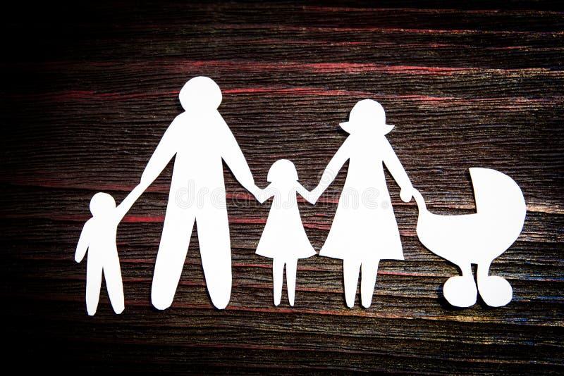 Eine Papierkettenfamilie, die Einsamkeit oder einen Dreamworld symbolisiert stockbild