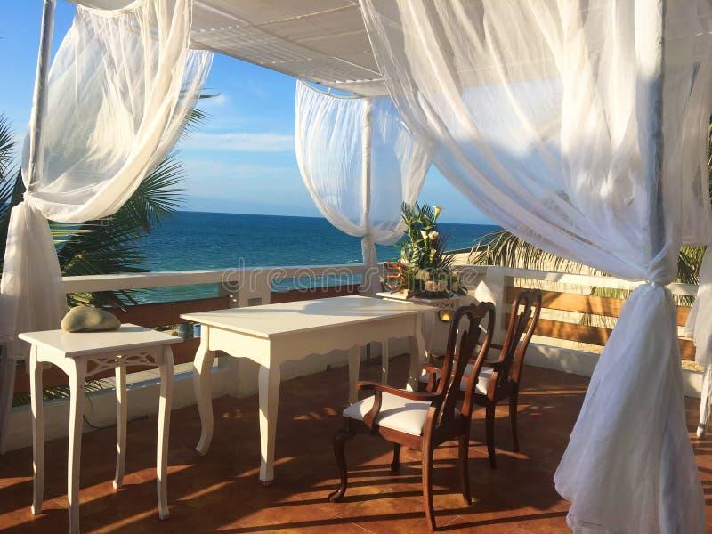 Eine Paradies-tropische Hochzeit, die den Ozean übersieht stockfoto