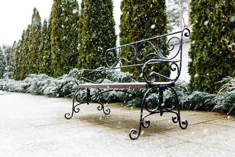Eine Parkbank bedeckt mit Schnee Schnee, schöner Schnee, schönes Wetter lizenzfreie stockbilder