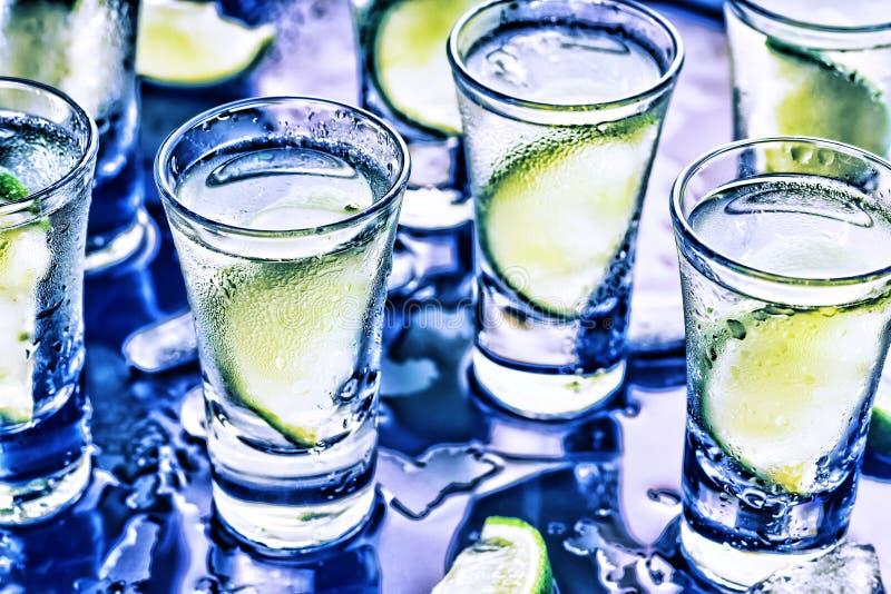 Eine Partei im Verein Cocktails auf der Bar alcohol stockbild