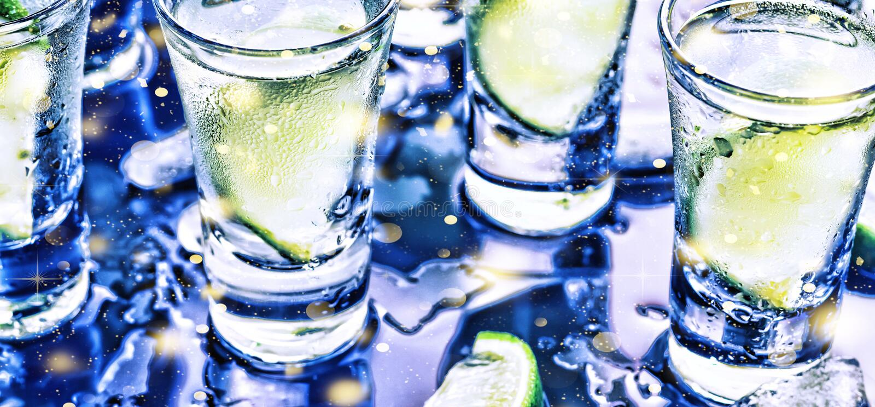 Eine Partei im Verein Cocktails auf der Bar alcohol Wodka, Gin, Tequila mit Eis und Kalk Alkoholisches Cocktailcocktail vorgewähl stockfoto