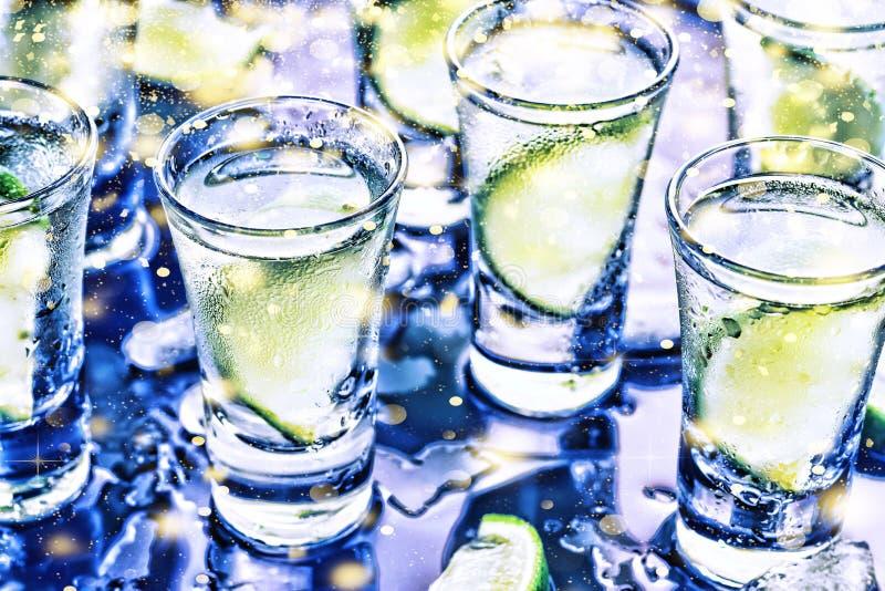 Eine Partei im Verein Cocktails auf der Bar alcohol Wodka, Gin, Tequila mit Eis und Kalk Alkoholisches Cocktailcocktail vorgewähl lizenzfreies stockfoto