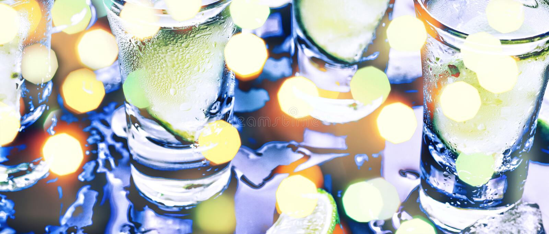 Eine Partei im Verein Cocktails auf der Bar alcohol Wodka, Gin, Tequila mit Eis und Kalk Alkoholisches Cocktailcocktail vorgewähl stockfotos