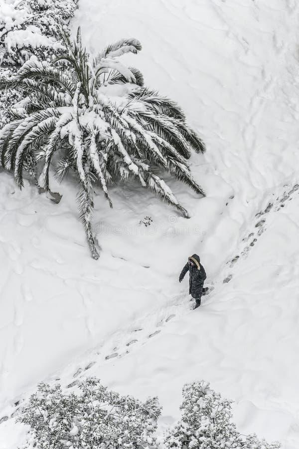 Eine Person, die auf Schnee im Winter geht lizenzfreies stockbild