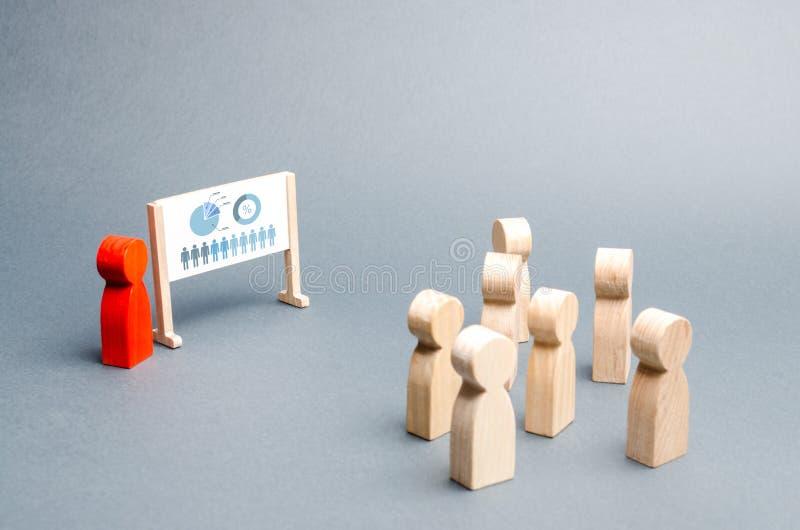 Eine Person hält eine Darstellung zu einer Menge von Leuten an einer Anweisung, Diskussion über die Geschäftsstrategie, Entwicklu stockfotos