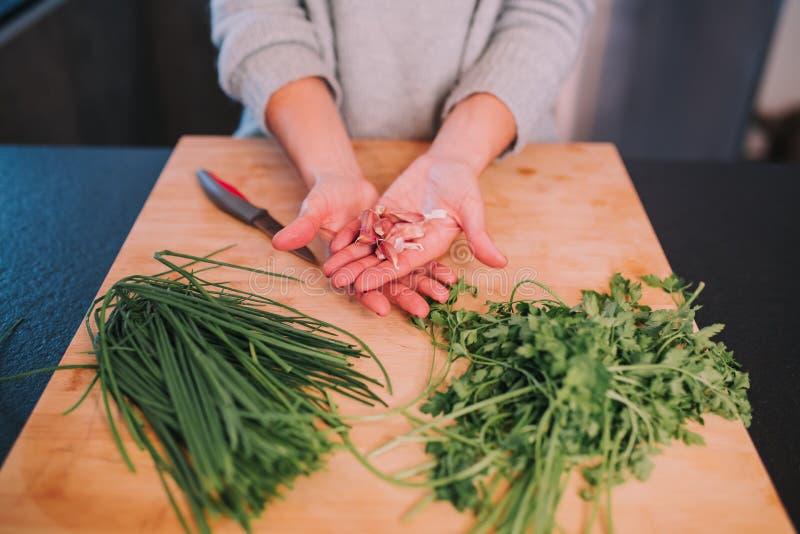 Eine Person kocht Gemüse lizenzfreie stockbilder