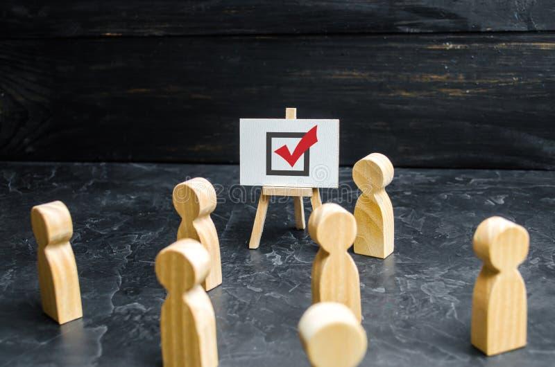 Eine Person regt Leute und Angestellte auf, um in einer Wahl oder in einem Referendum zu wählen Politisches Rennen, Lösen von Pro stockfotografie