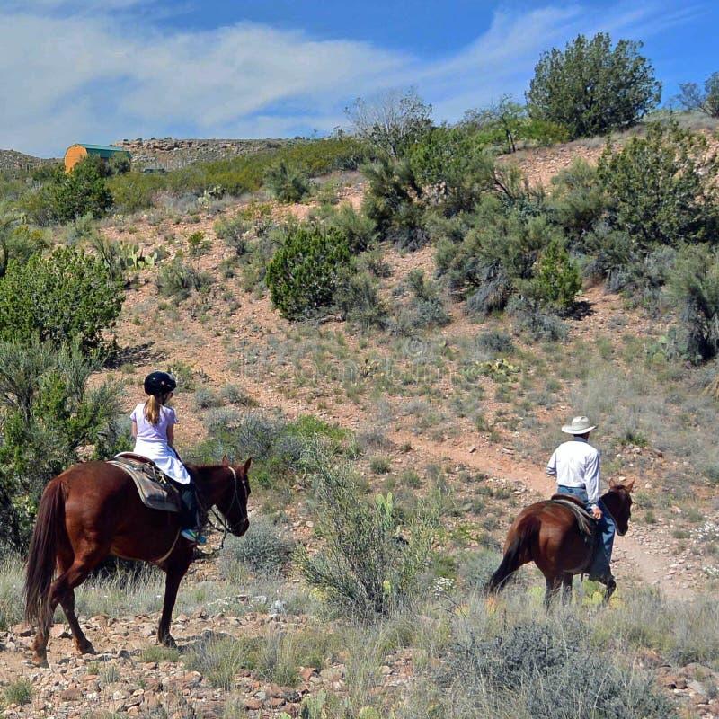 Eine Pferderueckenfahrt in Arizona-Wüste, Sedona lizenzfreie stockbilder