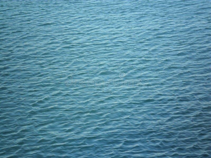 Eine Platte der blauen Farbe, gebildet vom Wasser lizenzfreie stockbilder