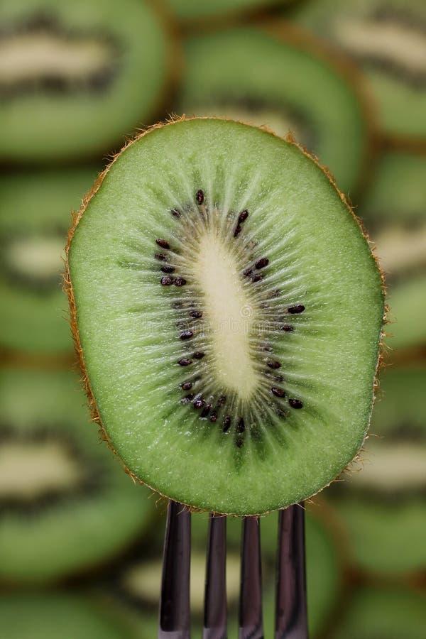 Eine Platte der Kiwi auf einer Gabel lizenzfreie stockfotos