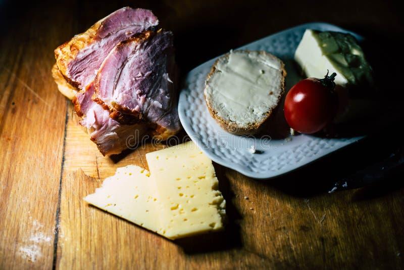 Eine Platte der Nahrung und des Fleisches stockfotografie