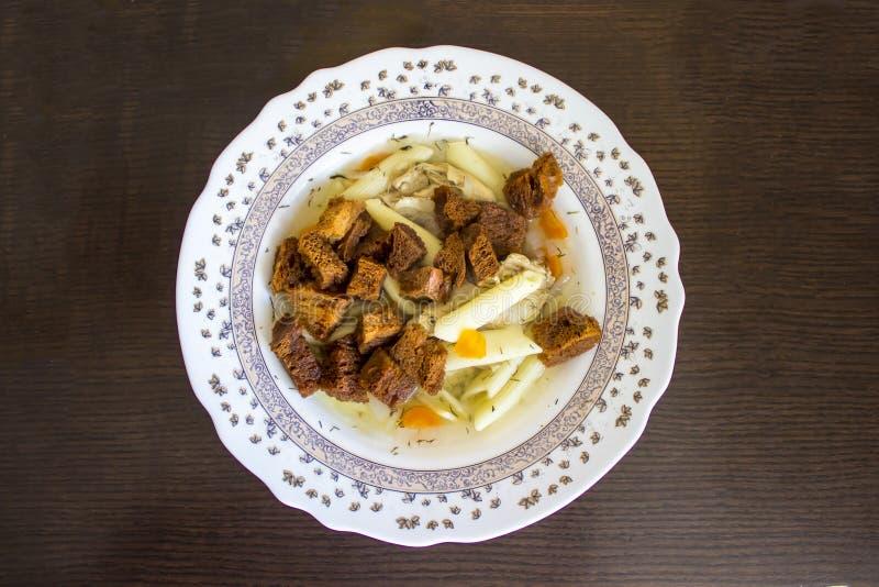 Eine Platte der Suppe mit Zwiebacken stockfotos