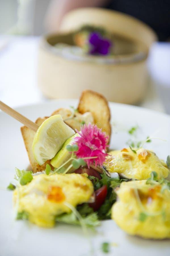 Eine Platte des Lebensmittels wartet, an einem feinen Restaurant gegessen zu werden stockfoto