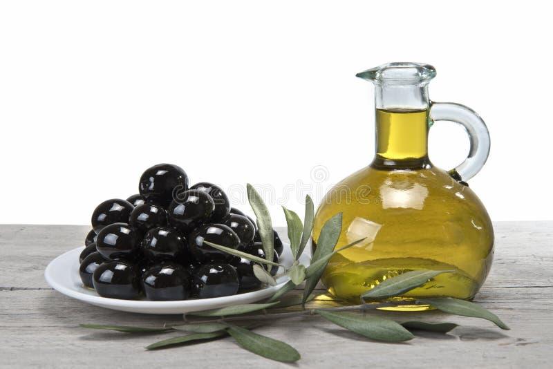 Eine Platte mit schwarzen Oliven und Schmieröl. lizenzfreies stockfoto
