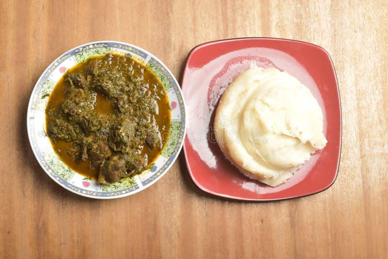 Eine Platte von Afang Suppe und Fufu stockfotografie