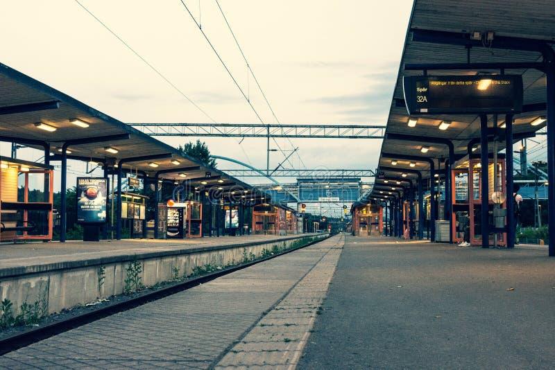 Eine Plattform an einem Bahnhof in Schweden stockbilder