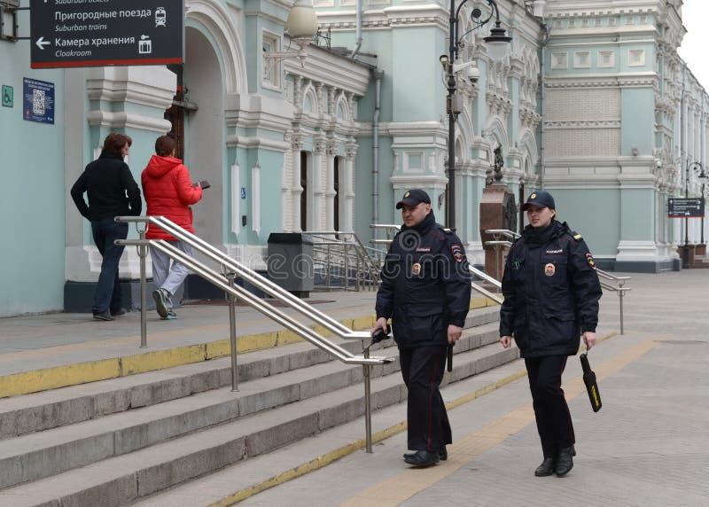 Eine Polizei patrouilliert am Bahnhof Rigas in Moskau stockbilder