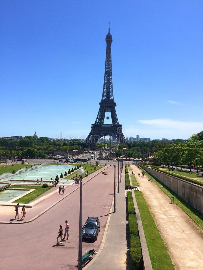 Eine Porträtansicht des Eiffelturms stockfotografie