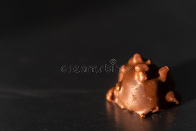 Eine Praline mit einem dunklen Hintergrund lizenzfreie stockfotografie