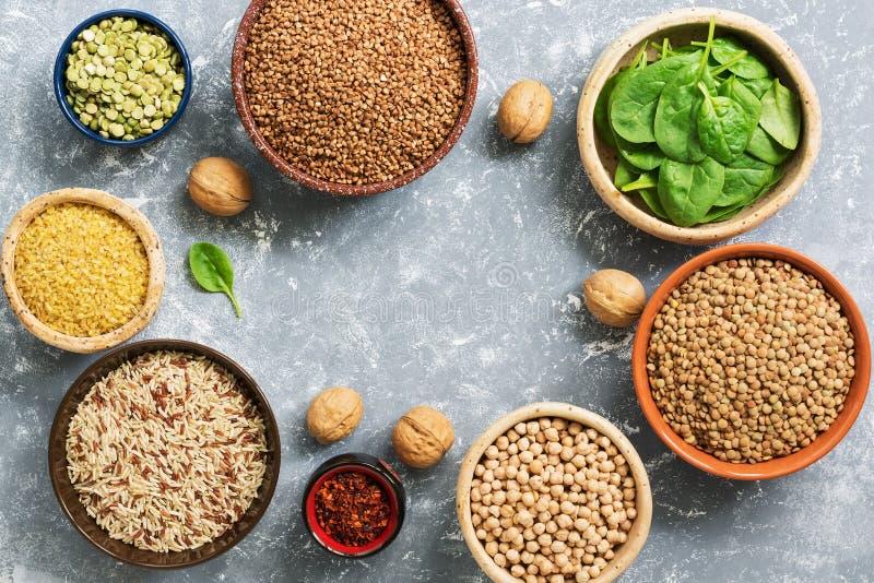 Eine Proteinquelle und Vitamine, eine Vielzahl von Hülsenfrüchte und Getreide Buchweizen, Erbsen, Kichererbsen, Bulgur, Buchweize stockbild