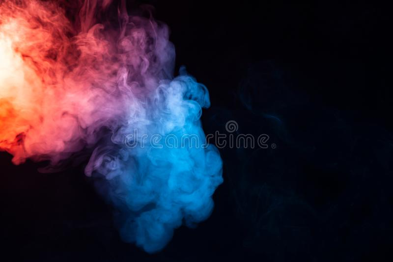 Eine Rauchwolke, die in den weichen Wellen mit einem Regenbogeneffekt verdunstet: rot, orange, gelb, grün, cyan-blau, magentarot, stockbilder