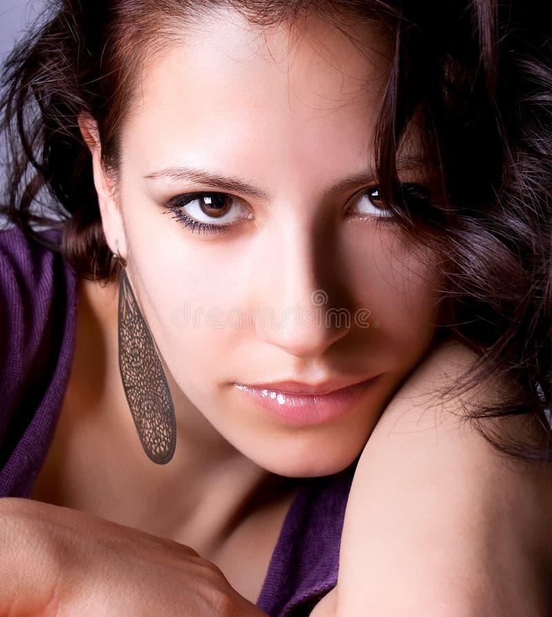 Eine recht junge Frau mit Ohrring stockbilder