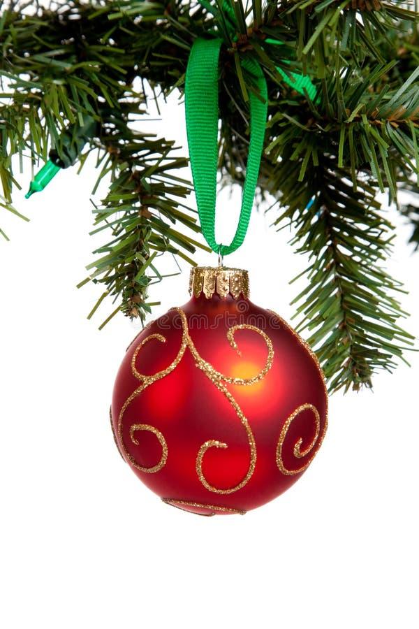 Eine redglittery Weihnachtskugel auf Weiß lizenzfreies stockbild