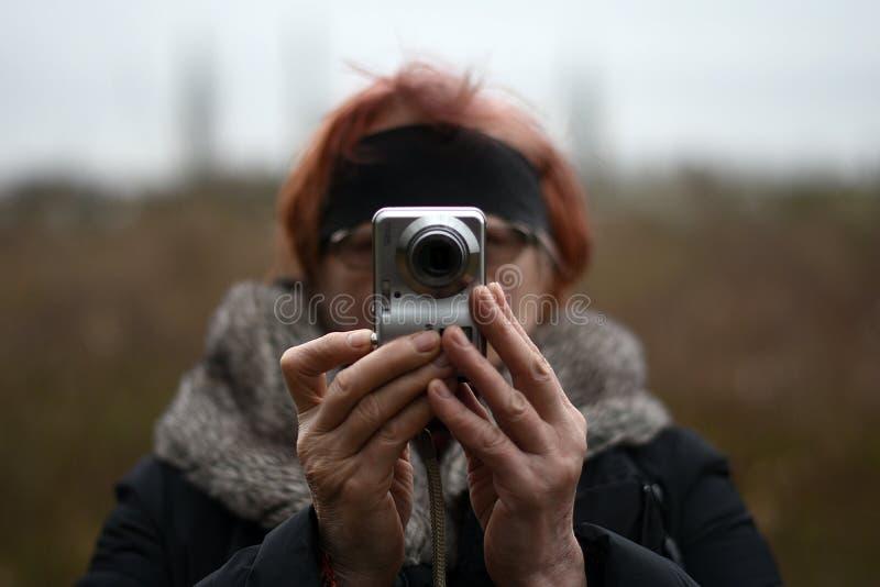 Eine reife Frau macht ein Foto lizenzfreie stockbilder