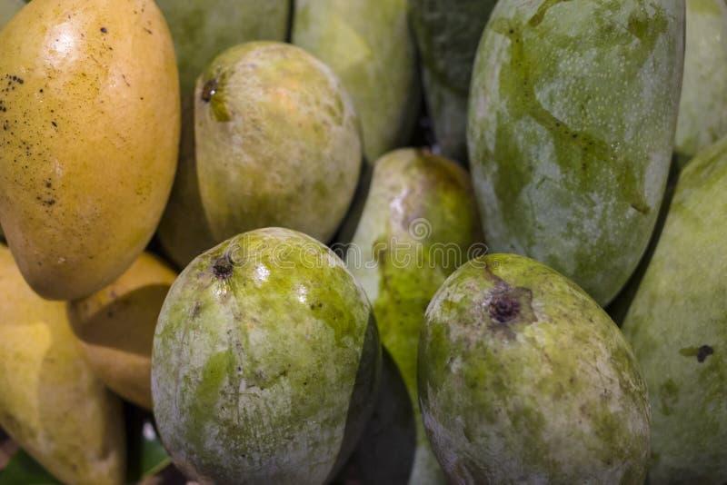 Eine reife und unausgereifte Mango im Markt lizenzfreie stockfotos