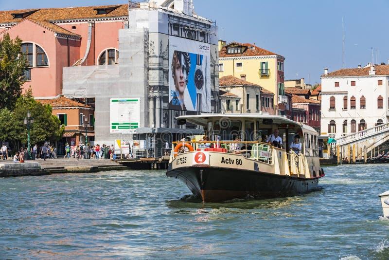 Eine Reihe Bilder, die entlang die Kanäle von Venedig, gegen den Hintergrund der Architekturlandschaft der Stadt gehen stockbild