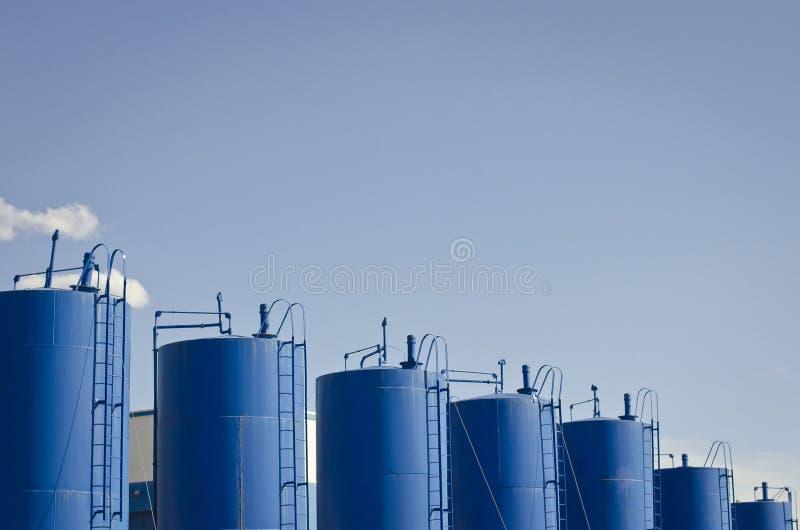 Eine Reihe des blauen Wassertankers lizenzfreies stockbild