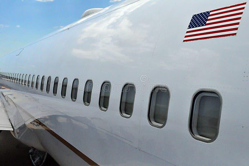 Eine Reihe von Flugzeugfenstern stockfotografie