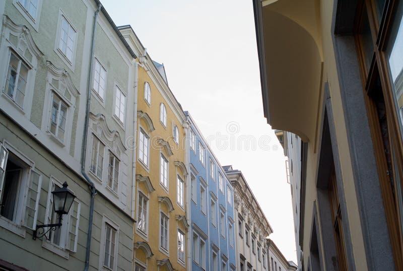 Eine Reihe von Häusern in der alten Stadt von Linz, Österreich lizenzfreie stockbilder