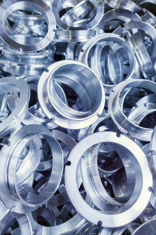 Eine Reihe von maschinell bearbeiteten glänzenden Metallteilen mit selektivem Fokus lizenzfreie stockfotos