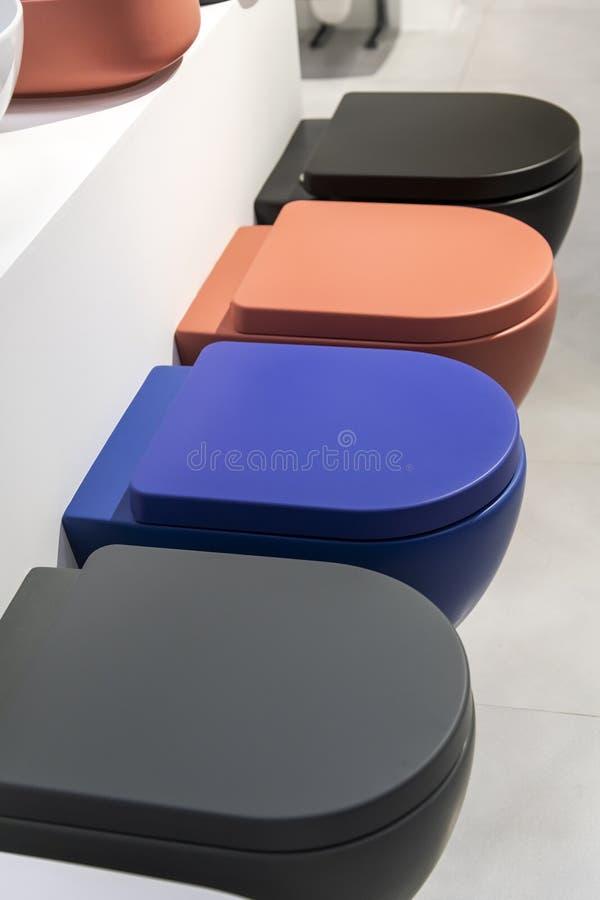 Eine Reihe von neuen farbigen Toilettenschüsseln lizenzfreie abbildung