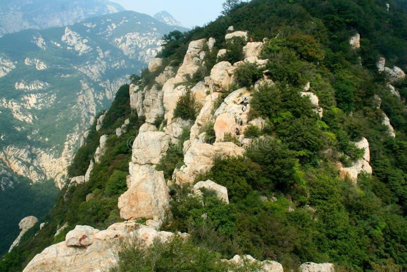Eine Reisegesellschaft klettern den steilen Songshan-shaoshi Berg in China lizenzfreie stockfotos